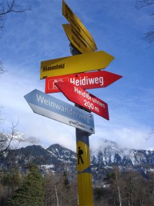 Wegweiser oberhalb Maienfeld, der Heimat von Heidi.