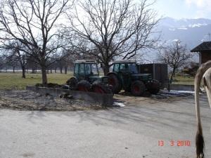 Mistlager als Traktor-Parkplatz