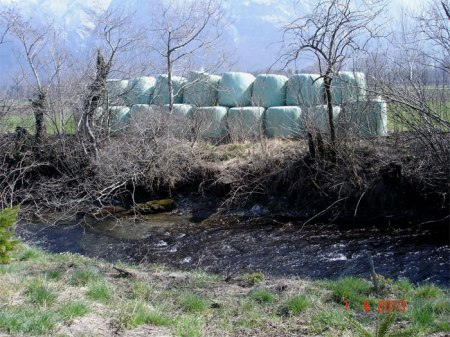 ... zur Erinnerung: Das Lagern von Siloballen ist auf Pufferstreifen verboten, d.h. 3 m Abstand von Gewässern, Waldrändern, Hecken und Feldgehölzen einhalten!