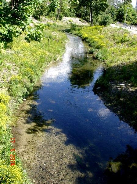 ... im unteren Teil darf der Bach wieder freier fliessen, ist aber kein schlängelnder Fluss mehr wie vor der Kanalisierung.