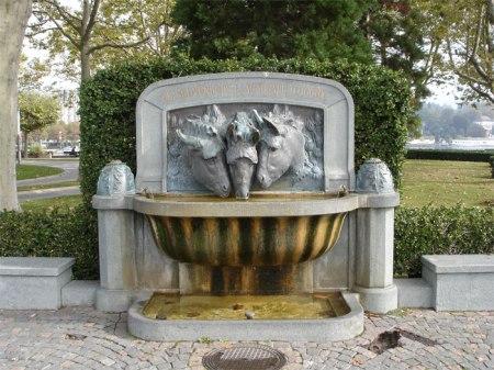 Helfen Sie Heidi beim Erfüllen ihrer Wünsche, damit diese Pferde sauberes Wasser trinken dürfen. Brunnen am Genfersee in Lausanne.