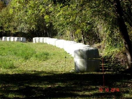 Alle Jahre wieder: Illegales Lagern von Siloballen auf dem Pufferstreifen neben einer Hecke oberhalb Trimmis GR, Foto 18.10.14...