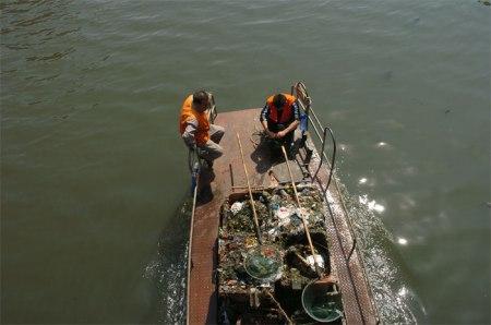 Längst nicht alle Abfälle, welche Gewässer verschmutzen, werden (mühsam) herausgefischt. Leserfoto: China