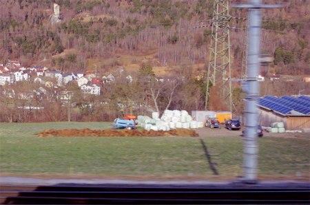 Misthaufen beim Bahnhof Haldenstein mit BTS-Stall (besonders tierfreundlich, mehr Subventionen) und lukrativer Fotovoltaik. Im Hintergrund Burg und Dorf. Copyright Paul
