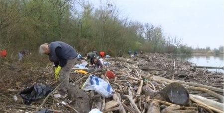 Männer, Frauen und Kinder sammeln in den Naturschutzgebieten des Kantons Waadt Abfall. Weitere Leute zu finden ist schwierig, denn am Samstag ist Shopping-Tag, Copyright TVmart, veröffentlicht mit Bewilligung von Kate Amiguet.