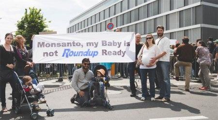 Vor dem Hauptsitz von Monsanto (für die Region Europa, Afrika und den Mittleren Osten) in Morges VD demonstrierten am Samstag 1600 Personen.  Weitere Demonstrationen fanden in Basel und Bern statt. Copyright PANSWISS. http://panswiss.org/