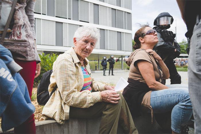 Gut bewachte Demonstrantinnen. Copyright PANSWISS.