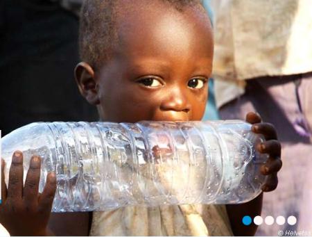 Kind mit Wasserflasche, Quelle: Homepage «solidarit'eau suisse», Copyright Foto: Helvetas.