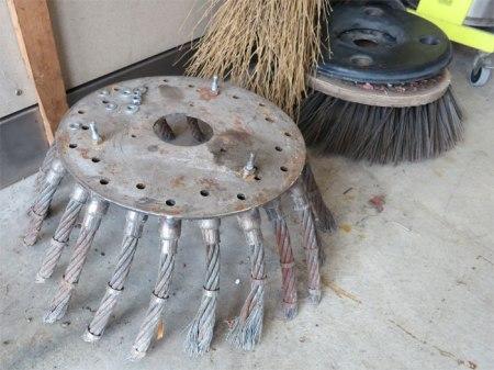Ein kräftiger Metallbesen entfernt das Unkraut auf dem Bankett neben Strassen. Manchmal wird ein Kleinbagger eingesetzt, der mit der Schaufel das Unkraut entfernt. Von Zeit zu Zeit muss das Bankett aufgekiest werden.