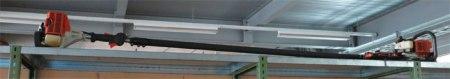 Zum Mähen der Grünflächen in der Mitte oder neben der Strasse setzt das Kreisinspektorat Schmerikon handelsübliche Produkte ein, d.h. einen Motormäher, einen leistungsstarken Rasenmäher und Motorsensen. Im Bild eine teleskopierbare Motorsense; sie ist nicht einfach zu handhaben.