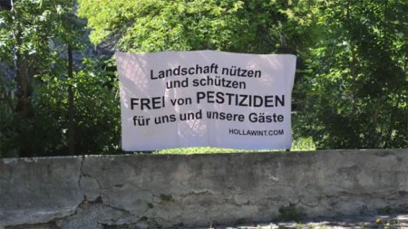 Plakat-Aktion von Hollawint. Copyright: Web Video Group des Alexander Schiebel.