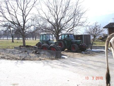 Im Frühling 2010 diente die Mistplatte als Abstellplatz für Traktoren.