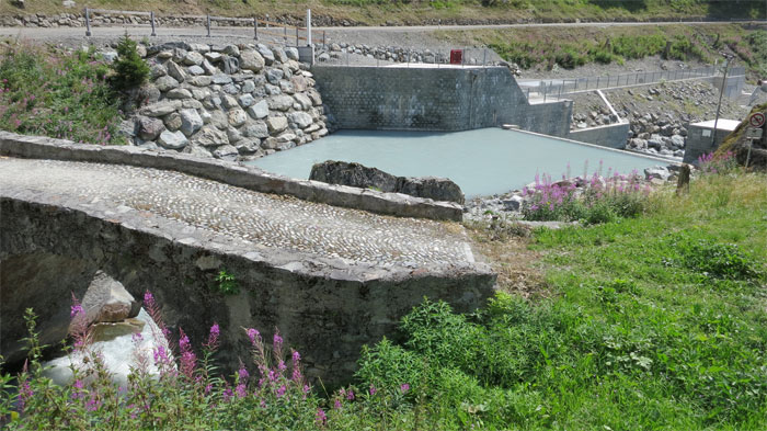 Das Kleinkraftwerk Tasnan ist nur dank KEV rentabel. Die Veränderung des Bachs ist aber schädlich für das Wasserleben und beeinträchtigt die Landschaft. Gemäss Planung der Bergbahnen Motta Naluns soll ein erheblicher Teil des für die Stromgewinnung gefassten Wassers für die Beschneiung der Skipisten in Scuol verwendet werden.