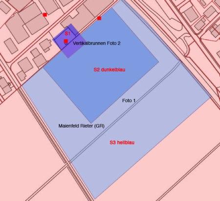 """Vertikalbrunnen und Grundwasserschutzzonen beim Industriegebiet Maienfeld GR. Die S2 entspricht etwa der Grösse des Rapsfeldes. <a href=""""http://map.geo.gr.ch/gr_webmaps/wsgi/theme/Gewaesserschutzkarte"""" target=""""_blank"""">Interaktive Karte zum Gewässerschutz</a>, Amt für Natur und Umwelt Graubünden"""