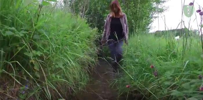 Vera Leib vom Amt für Umwelt und Energie des Kantons St. Gallen in einem sehr kleinen Gewässer. Copyright AFU.
