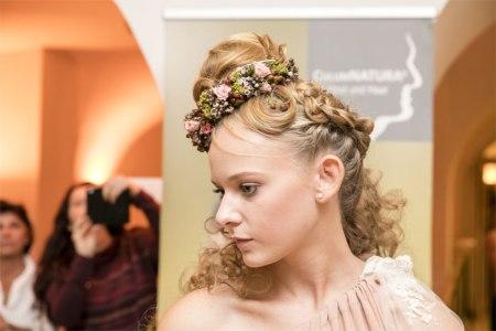 Auszubildende schufen mit Naturhaarpflegeprodukten kunstvolle Haar-/Blumengebilde für die Modeschau im Schloss Schönbrunn. Copyright: Wilhelm Luger GmbH.