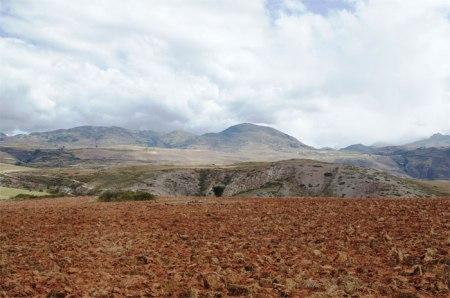 Der Quinoa-Boom hinterlässt in den Andenländern Spuren. Das heikle Gleichgewicht zwischen den Lama-Weiden und den Äckern wurde vielerorts zerstört. In der südlichen Hochebene werden Sandstürme häufiger, ein Zeichen der Wüstenbildung. Im Vordergrund: gepflügter Acker, dann (nicht sichtbar) Erosion. Im Hintergrund: Erosion. Die Lebensgrundlage der Bevölkerung wird zerstört.