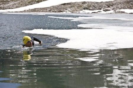 Ernst Bromeis im kalten Bergsee. Manchmal fühlt sich der Wasserbotschafter auf seinen Expeditionen sehr einsam. Copyright Andrea Badrutt.