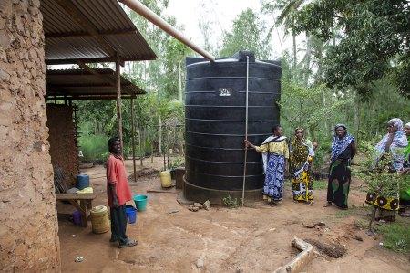 Zu viel oder zu wenig Wasser: Damit haben die Kleinbauern in Subsahara-Afrika je länger, je mehr zu kämpfen. Regenmangel und Trockenzeiten können mit Wassertanks besser überstanden werden. Copyright: Peter Lüthi, Biovision.