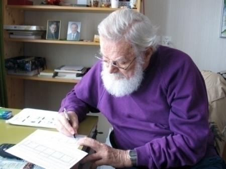 Pater Agatho Elsener am Schreibtisch. Copyright BSB-Agatho.com.