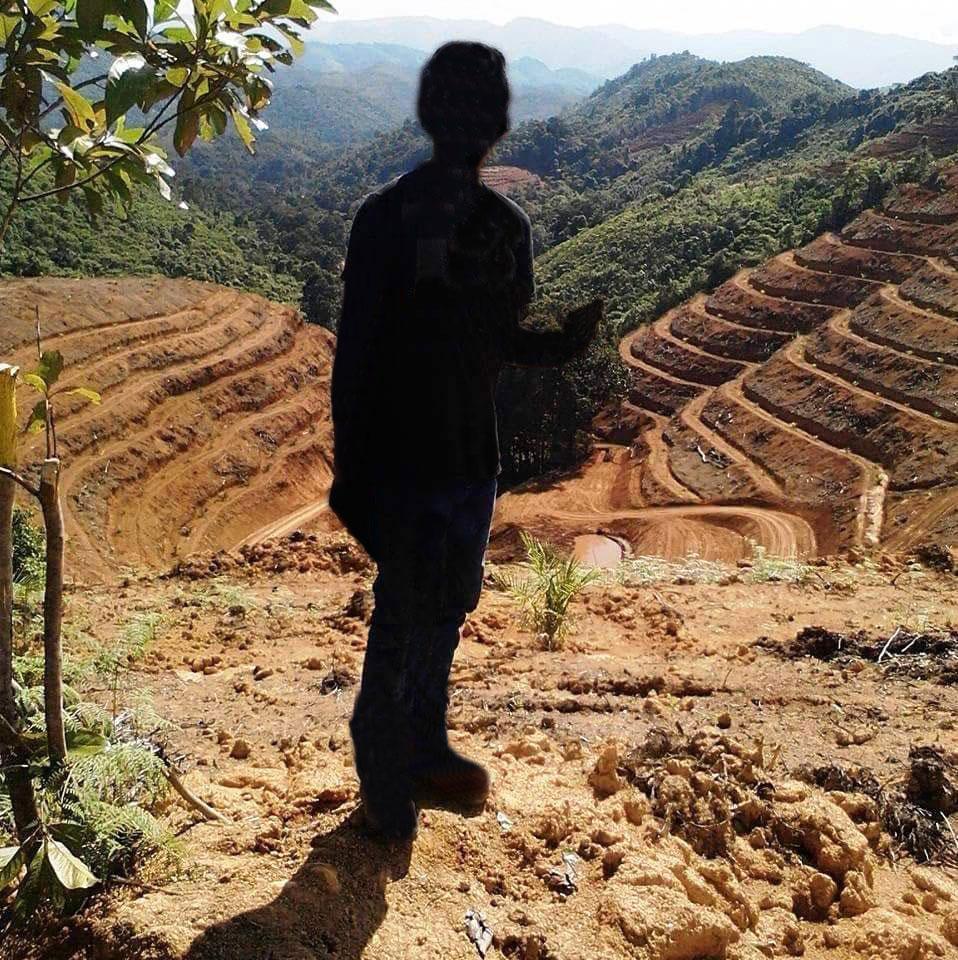 Lintang blickt auf das Land, das bis vor Kurzem ihren Eltern gehörte. Copyright: Astrid.