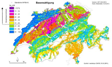 Basensättigung für Waldböden, 0-40 cm Tiefe. Liegt die Basensättigung im Boden unter 40% (in der Farblegende dargestellt mit gestrichelter Linie), so ist mit negativen Beeinträchtigungen für das Ökosystem Wald zu rechnen. Quelle: swisstopo GK500, BLW (BEK).