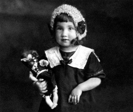 Diese Porzellan-Puppe war das Einzige was Martha mitnehmen konnte, als sie ein paar Jahre später zusammen mit ihrer Mutter das Haus fluchtartig für immer verlassen musste. Ihr Vater schlug jeweils unter Alkoholeinfluss zu, zertrümmerte Möbel und traf auch die Mutter. Foto 1917.
