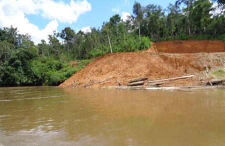 Strassenbau: Erde wird in den Fluss geschwemmt.