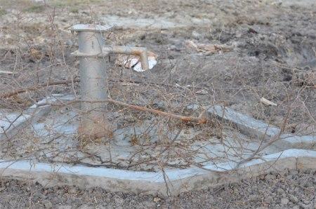 Stillgelegte Brunnen werden von den Bewohnern der Region mit Dornbuschästen gekennzeichnet. Copyright: Hoffnungszeichen