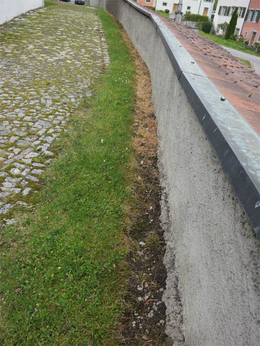 Wo man hinsieht: Totspritzen entlang der Mauern.