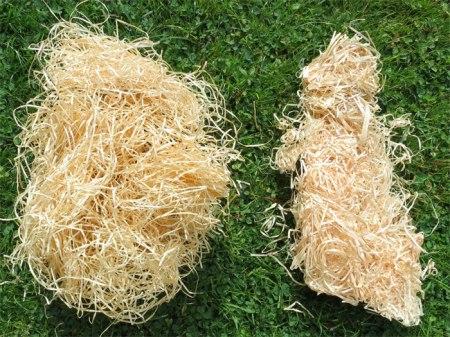 100 g Holzwolle soeben aus der Verpackung gezogen. Links Lindner-, rechts Heumüller-Holzwolle.