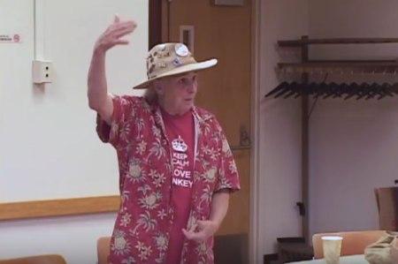 """Van Strum hält einen Vortrag über die Herbizid-Sprühflüge des Forstdienstes, die den Beginn ihrer Tätigkeit als Aktivistin markieren. Sie und ihre Nachbarn wollten einfach nur nicht vergiftet werden: """"Der Forstdienst soll doch die eigenen Flächen behandeln, aber nicht die unseren und nicht uns."""""""
