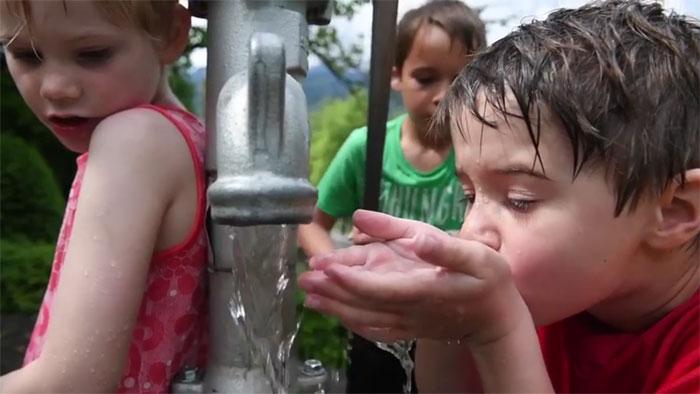 ... und setzt sich für eine Zukunft mit sauberem Trinkwasser ein. Copyright: Pro Natura.