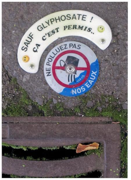 Glyphosat siehe Brief des Künstlers! Copyright: Xavier Schmidt, Jussy GE. Es ist ein weit verbreiteter Irrtum in der Bevölkerung, dass alle Ablaufschächte in eine Abwasserreinigungsanlage (ARA) münden. Entsprechend sorglos wird mancherorts Schmutzwasser in den nächstbesten Schacht entsorgt. Aktion des www.vsa.ch.
