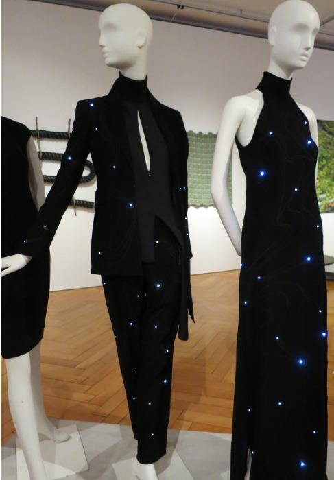 Mit LED-Lämpchen ausgestattetes Kleid. Textilmuseum St. Gallen.