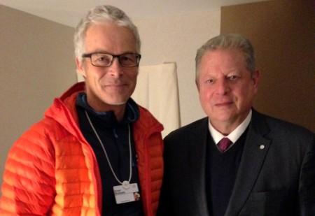 """Der Wasserbotschafter Ernst Bromeis schreibt: """"Die letzten Monate habe ich intensiv im Hintergrund für weitere Expeditionen gearbeitet. Es ist mein Bestreben, die Botschaft vom """"Blauen Wunder"""" hinaus in die Welt zu tragen. Auf diesem Weg durfte ich im Rahmen des World Economic Forum Davos u.a. auch den Nobelpreisträger und Klimaaktivisten Mr. Vice President Al Gore treffen. Copyright: Das Blaue Wunder."""