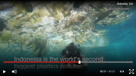 Diver swims through 'horrifying plastic cloud' The Indonesian island of Bali is popular with tourists and known for its beautiful beaches. British diver Rich Horner lives on a nearby island, and filmed himself swimming through rubbish in the sea. BBC 7.3.18. Auf Bild klicken, um Video anzuschauen.