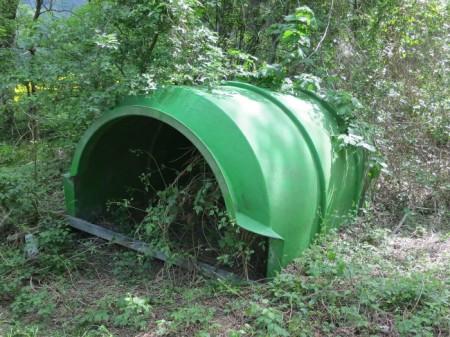 """Heidi: """"Schau Klara! Seit Jahren liegt das grüne Ding hier im Wald."""" Klara: """"Ob das als Unterkunft für Wildschweine gedacht ist?"""""""