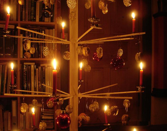 """""""Ewiger Weihnachtsbaum"""", zusammensteckbar und demontierbar! Mit vielen selber gegessenen, geklebten und goldig bemalten Nussschalen, geerbten Kugeln ..."""