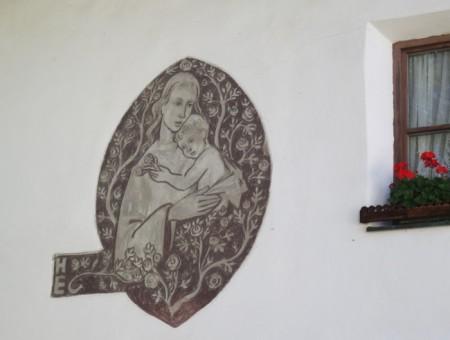 Bild an einer Hauswand in Mals/Südtirol. Der Bürgermeister von Mals, Ulrich Veith, ist verantwortlich für die Gesundheit der Bevölkerung.