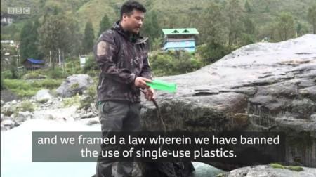 """Thupden Lachungpa: """"Wenn wir über die vielen Touristen reden, dann reden wir auch über die riesigen Plastikmengen, Einwegplastik."""" Copyright: BBC Video by Vikas Pandey and Anshul Verma."""