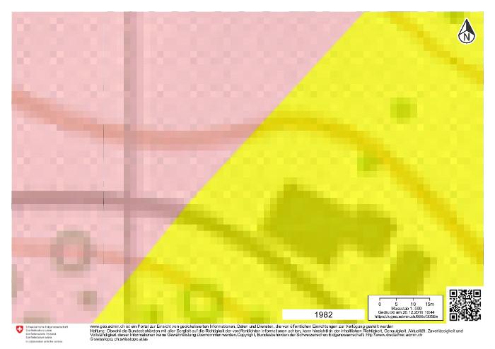 Kartenausschnitt 1982: Ein Bauernhof wurde auf der freien Wiese gebaut. Legende: rosa = Karstgebiet, gelb = Schutthang.