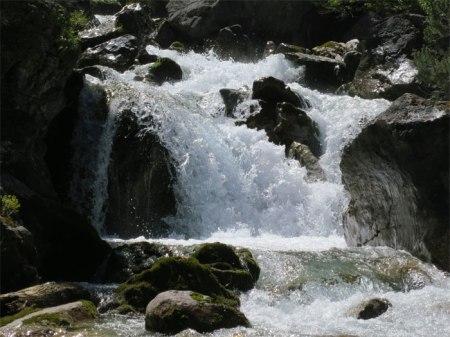 Sprudelndes Wasser in einem Bündner Wildbach