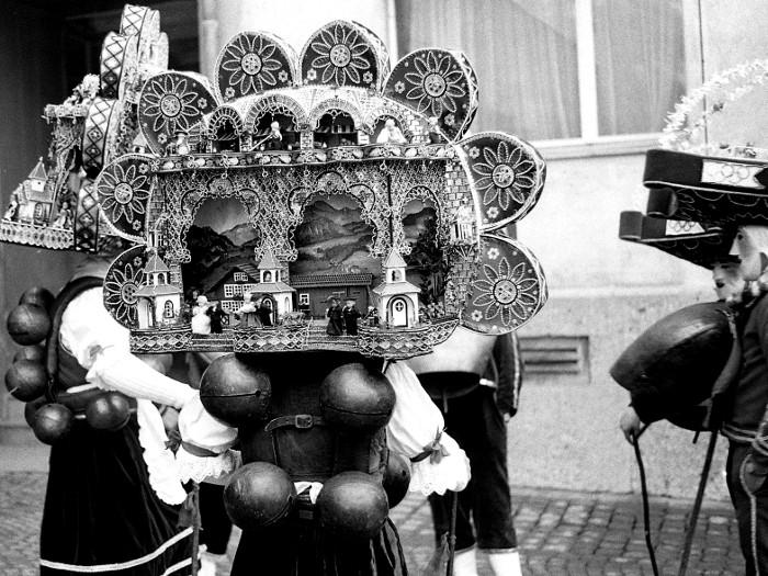 Die schlauen AppenzellerInnen feiern Silvester gleich zwei Mal: Nach dem gregorianischen Kalender wie wir, und dann nehmen sie den julianischen Kalender hervor und feiern am 13. Januar mit viel Aufwand nochmals.