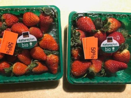 400 g Erdbeeren mit viel Plastik und - so vermutet Heidi - wenig Geschmack. Typisch für solche Ware ist das Weiss beim Stiel; die Früchte wurden unreif geerntet. Erdbeeren reifen nach der Ernte nicht nach, da nützen auch die grünen Blätter nichts. Sogar mit 50% Rabatt kein Schnäppchen! Copyright: Maria R.