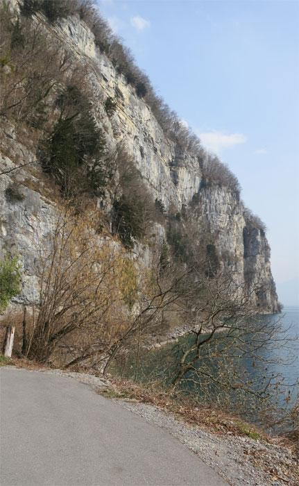Frühling: Auf dem Wanderweg bei Betlis, rechte Seeseite des Walensees.