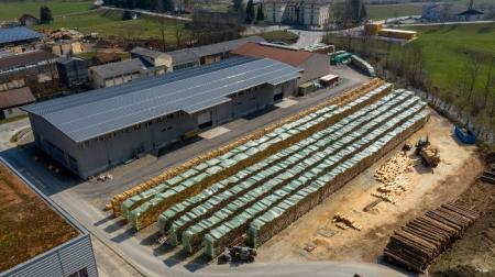 Das Holz für die Herstellung von Lindner-Holzwolle wird vor der Verarbeitung 18 bis 20 Monate gelagert. Copyright: Lindner Suisse GmbH, Wattwil.