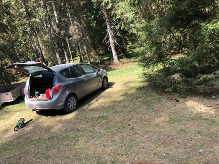 Neben der Feuerstelle stand ein Auto mit BE-Nummernschild und eine Säge lag am Boden.