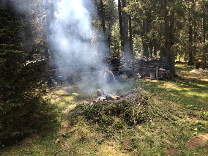 Rauchendes Feuer trotz grosser Waldbrandgefahr am 25.4.20 in der Nähe von Tramelan im Kanton Jura.