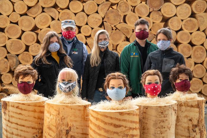 Thomas Wildberger, Geschäftsführer der Lindner Suisse, präsentiert mit seiner Familie verschiedene Gesichtsmasken-Modelle.